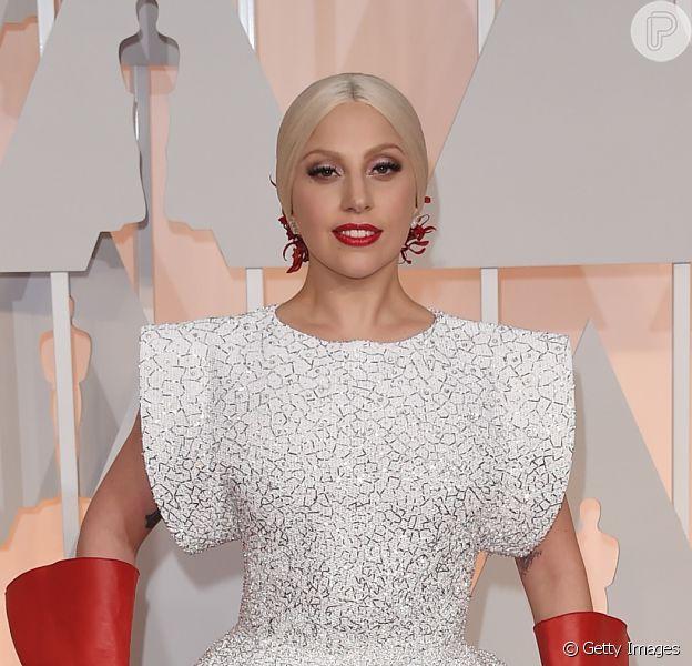 Lady Gaga usa vestido Azzedine Alaïa no Oscar 2015 e se torna piada nas redes sociais, em 22 de fevereiro de 2015