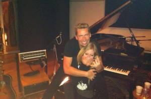 Avril Lavigne é flagrada pela primeira vez ao lado do noivo, Chad Kroeger