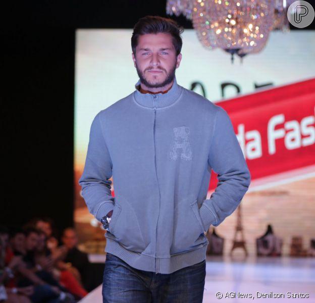 Klebber Toledo desfila em evento de moda em Maringá, no Paraná, em 1° de março de 2015