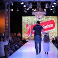 Klebber Toledo desfila com modelo mirim em evento de moda no Paraná