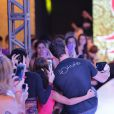 Klebber Toledo faz selfie com fãs durante desfile em evento de moda no Paraná