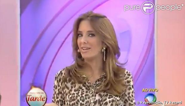 Ticiane Pinheiro surpreende ao dançar funk ao vivo durante o 'Programa da Tarde', da TV Record. Helô Pinheiro, mãe da apresentadora, diz que a filha é muito brincalhona, em 24 de abril de 2013