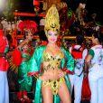A barriga sequinha de Paloma Bernardi chamou a atenção no desfile da Grande Rio no Carnaval deste ano. A atriz vai ocupar o posto de rainha de bateria na escola no próximo ano