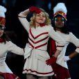 Madonna faz coreografia com seus dançarinos