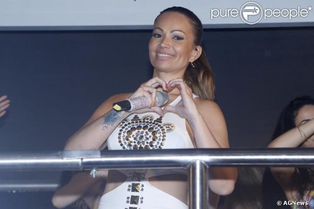 Solange Almeida, vocalista da banda Aviões do Forró, anuncia gravidez no Facebook, em 25 de abril de 2013