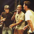 Neymar e Gabriel Medina foram convidados para subir ao palco num show de Thiaguinho, em Balneário Camboriú, no final de 2014