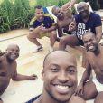 O aniversariante tira 'selfie' com a família na piscina em clima de festa. Ele merece!