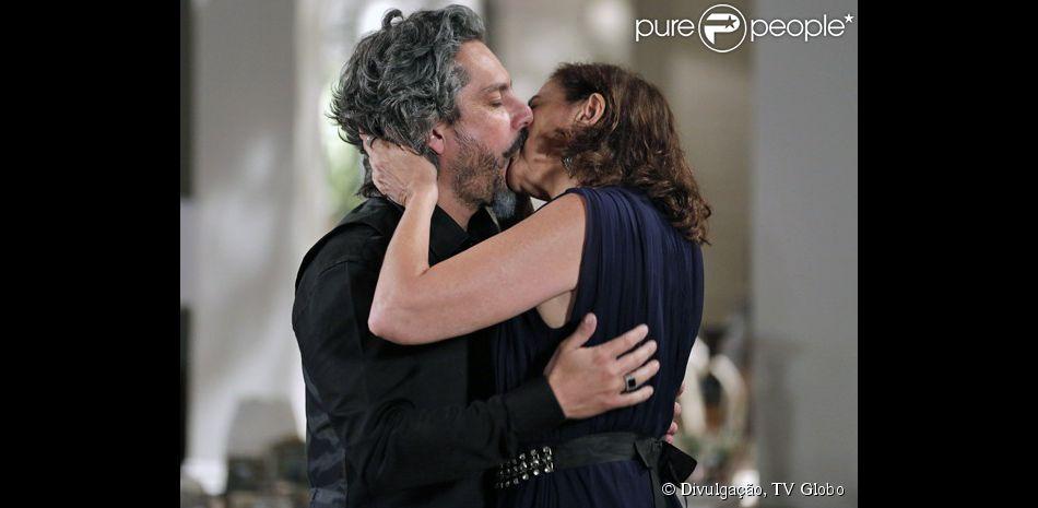 José Alfredo (Alexandre Nero) e Maria Marta (Lilia Cabral) deram um beijo apaixonado, na novela 'Império', nesta terça-feira, 10 de março de 2015