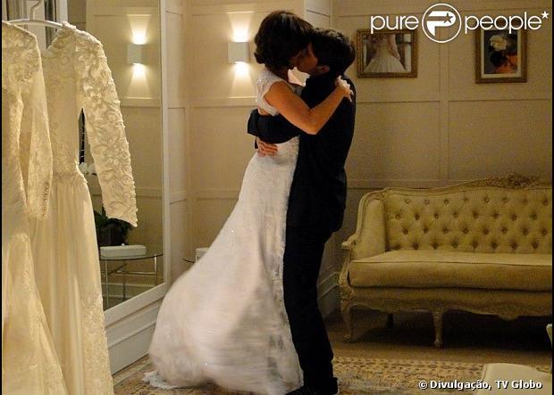 Tito (Rômulo Neto) vai ao trabalho de Renata (Regiane Alves) e a beija, em 'Sangue Bom', em 6 de maio de 2013