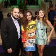 Anitta posa entre Tiago Abravanel e Fernanda Paes Leme em festa de aniversário