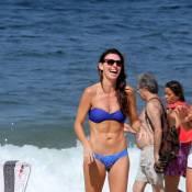 Glenda Kozlowski, de biquíni, exibe barriga sarada na praia de Ipanema, no Rio