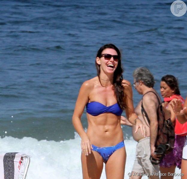 Glenda Koslowski exibe barriga sarada na praia de Ipanema, no Rio, em 3 de maio de 2013