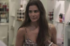 Deborah Secco, sem maquiagem e sozinha, usa vestidinho em passeio no shopping