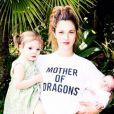 Drew Barrymore posa com suas filhas, Olive, de 2 anos, e Frankie, agora com 11 meses
