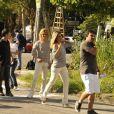 Dublê de Flávia Alessandra veste roupa igual a da atriz, além de uma peruca loira