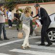 Otaviano Costa ajuda Flávia Alessandra a se levantar