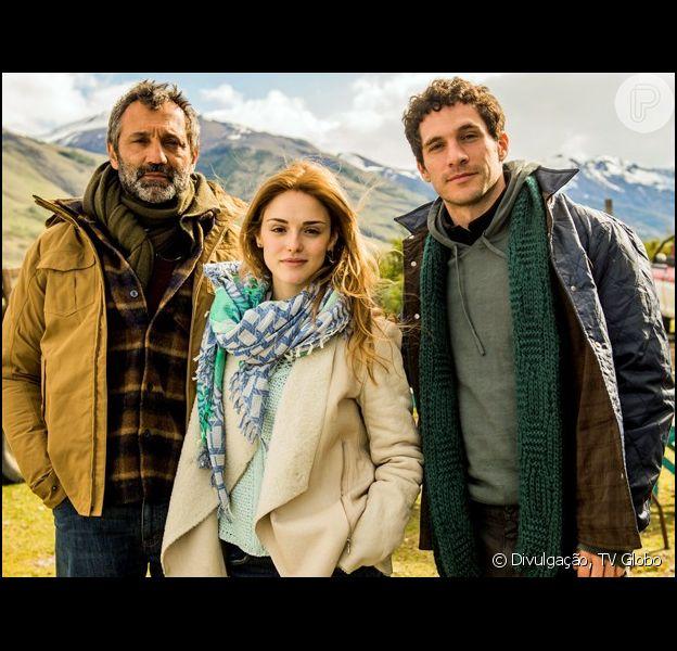 Miguel (Domingos Montagner) revela a Júlia (Isabelle Drummond) e os seis filhos que está vivo, para salvar a vida de Felipe (Michel Noher), em 'Sete Vidas', em 30 de abril de 2015