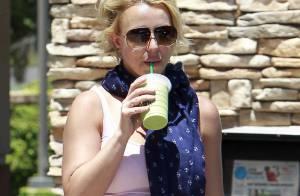 Britney Spears se refresca com suco verde após aula de dança