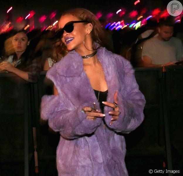 Rihanna foi com casaco de pele ao festival de música Coachella, nos Estados Unidos, neste domingo, 12 de abril de 2015