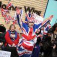 Fãs acampados na porta da materidade onde Kate Middleton está internada festejaram o nascimento do bebê real erguendo cartazes: 'É uma menina'. Nome ainda não foi anunciado pelo Palácio