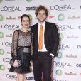 Thiago Fragoso posa com a mulher, Mariana Vaz em prêmio de televisão