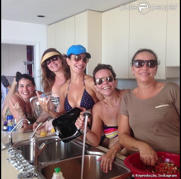 Ivete Sangalo posta foto de biquíni lavando a louça com as amigas em 19 de maio de 2013
