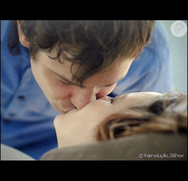 Caíque (Sergio Guizé) e Laura (Nathalia Dill) se beijam após o médium realizar uma cirurgia espiritual que salva a jovem de um aborto, no capítulo desta segunda-feira, 20 de abril de 2015, na novela 'Alto Astral'