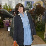 Sem maquiagem, Lily Allen é flagrada irreconhecível comprando flores, em Londres