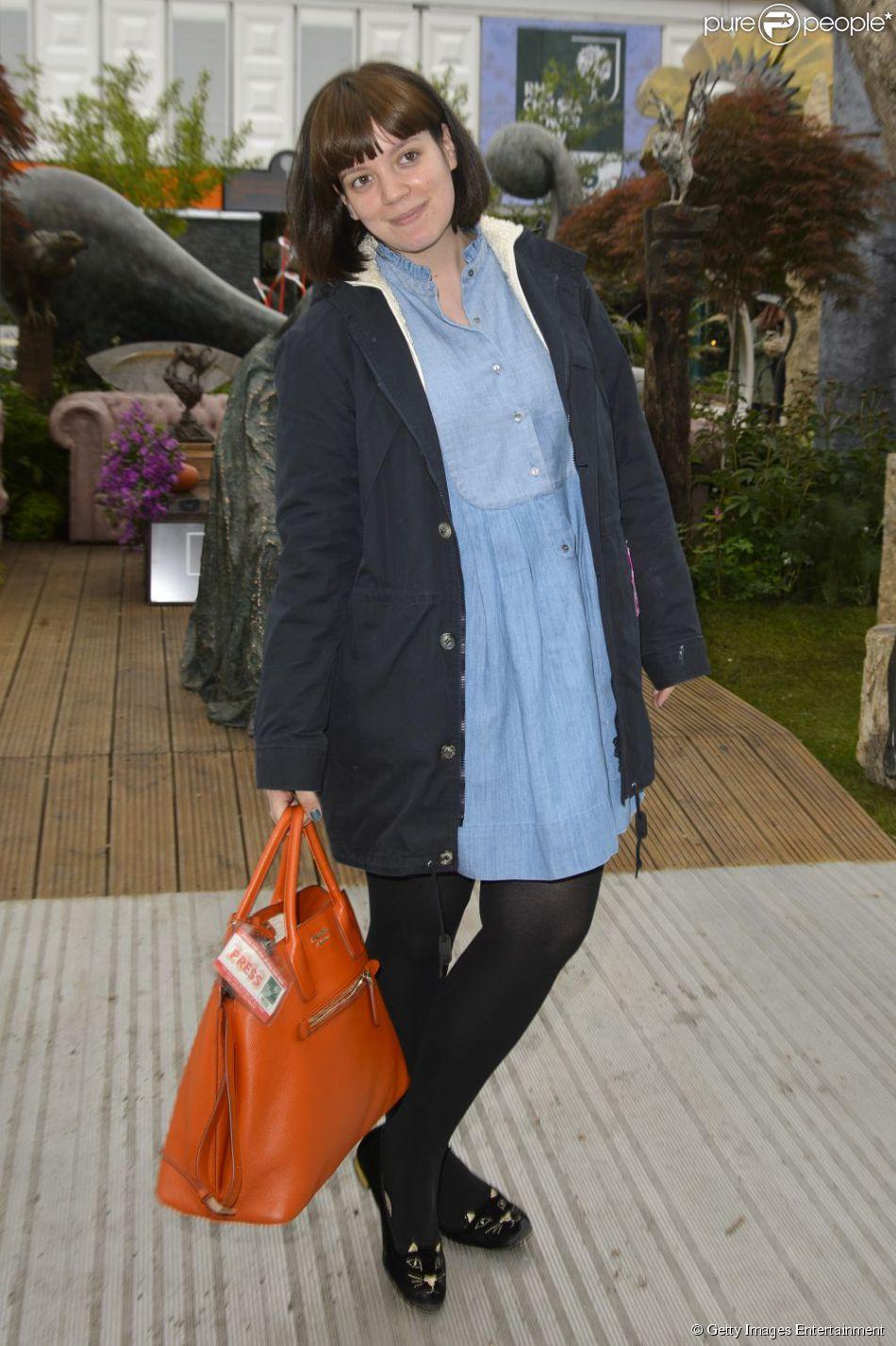 Lily Allen posa sem produção durante passagem por um mercado de flores em Londres, em 20 de maio de 2013
