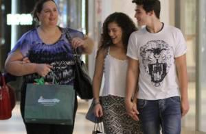 Lívian Aragão faz compras com o namorado, Nicolas Prattes, e a mãe em shopping