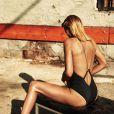 Charlize Theron exibiu todo o seu glamour com looks decotados em ensaio fotográfico