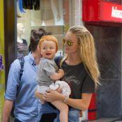Top Carol Trentini embarca em aeroporto de São Paulo com o filho, Bento, no colo