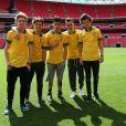 A boy band britânica One Direction tirou uma foto usando a camisa da Seleção Brasileira depois de anunciarem shows no país, nesta segunda-feira, 21 de maio de 2013