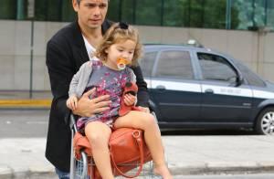Otaviano Costa leva a filha, Olivia, no carrinho de bagagens em aeroporto do Rio