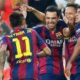 Após marcar o gol, Neymar correu para abraçar seus amigos do time Barcelona