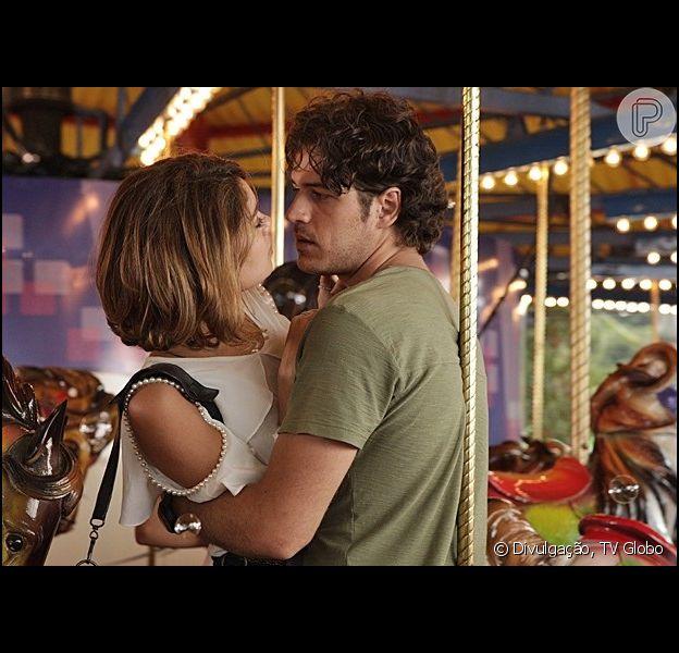 Bento (Marco Pigossi) e Amora (Sophie Charlotte) vivem momentos românticos juntos em parque de diversão, em 'Sangue Bom', em 24 de maio de2013
