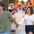 Bento (Marco Pigossi) e Amora (Sophie Charlotte) entram de mãos dadas no Kim Park, em 'Sangue Bom'