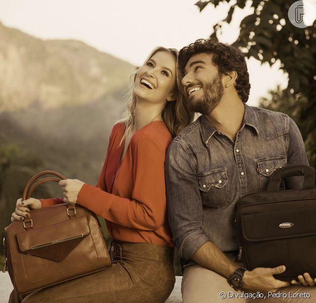 O modelo Hugo Moura, que vai ser pai do primeiro filho de Deborah Secco, quem namora publicamente desde fevereiro de 2015, estrela a campanha de Dia dos Namorados da marca de bolsas Bagaggio
