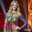 Fernanda Lima usa vestido justo colorido de paetês. O modelo de Emilio Pucci veio diretamente das passarelas de Milão para o palco da primeira temporada do 'SuperStar'