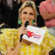 Fernanda Lima usa vestido colado amarelo com bolinhas brancas, no 'Amor & Sexo'. Além disso, o modelo conta com mangas de frufru e teve inspiração direta para o programa