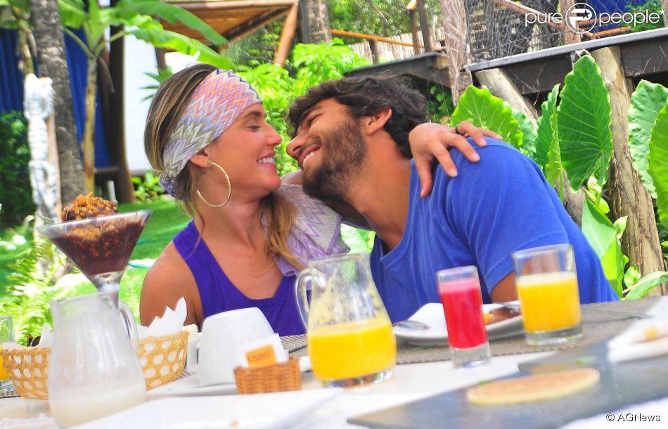 Grávida, Deborah Secco planeja casamento em praia. Relembre história com surfista
