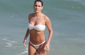 Grávida, Deborah Secco mostra boa forma de biquíni branco em praia do Rio
