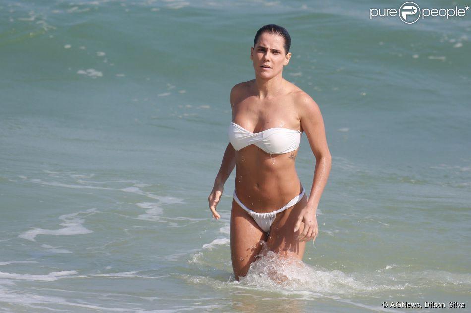 Grávida, Deborah Secco mostra boa forma de biquíni tomara que caia branco em praia do Rio, neste sábado, 2 de maio de 2015