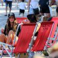 Malu Mader e Tony Bellotto curtem dia de sol com Erika Mader e seu bebê na orla da praia do Leblon, no Rio