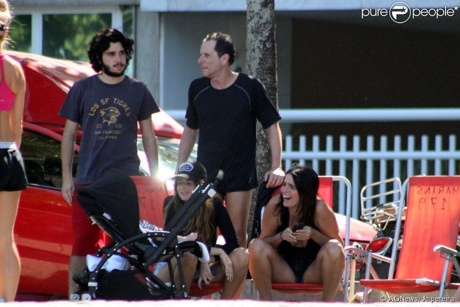 Malu Mader e Tony Bellotto curtem dia de sol no Rio. Com a atriz da Globo, estava a sobrinha Érika Mader, que levou o seu bebê. O grupo passeou na orla da praia do Leblon, no Rio, neste domingo, 3 de maio de 2015