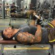 Naldo Benny também pega pesado na malhação para exibir o corpo musculoso