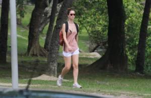 Nathalia Dill caminha com as pernas de fora pela Lagoa, no Rio