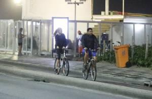 Ronaldo anda de bicicleta com a namorada, Celina Locks, em orla de praia do Rio
