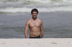 Cauã Reymond corre sem camisa e exibe boa forma em praia do Rio