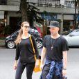 Mônica passeia no Leblon com seu amigo inseparável, o ator Paulo Gustavo
